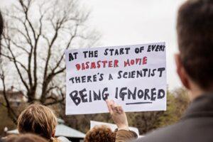 Wie is eigenlijk klimaatontkenner klimaatwetenschappelijke bevindingen. klimaatontkenning opwarming angst zaaien schuldbesef aanpraten.