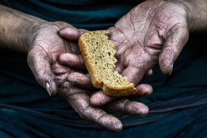 De mensheid wordt afgeslankt wordt geconfronteerd met een voedselcrisis. Dit voorspelt het World Economic Forum in Davos. De Superrijken.